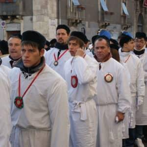 Pèlerins, tout habillés de blanc et portant un bonnet noir, tirant la fercola qui contient les reliques de sainte Agathe dans les rues de Catane. (Photo Gérard Coderre)